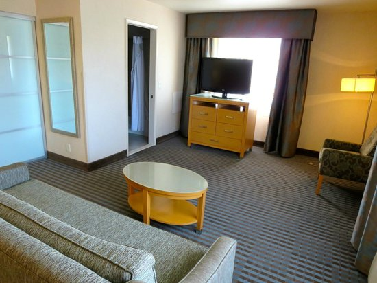 Holiday Inn Express Monterey - Cannery Row: living area