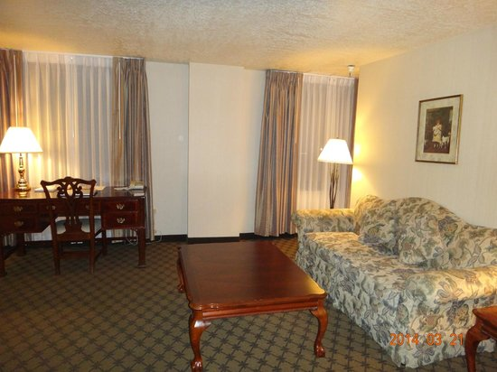 Ben Lomond Suites Historic Hotel, an Ascend Collection Hotel: Living Room and Desk