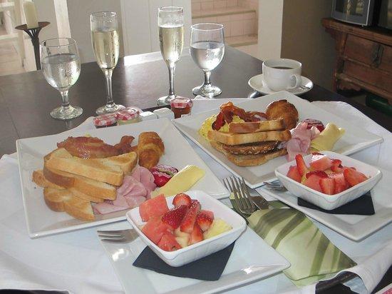 Hampshire Hotel - Queen's Garden Resort : In room breakfast service