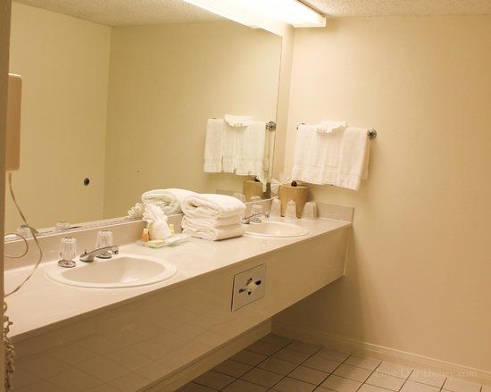 Anaheim Plaza Hotel and Suites: Double sinks separate from the shower and toilet room