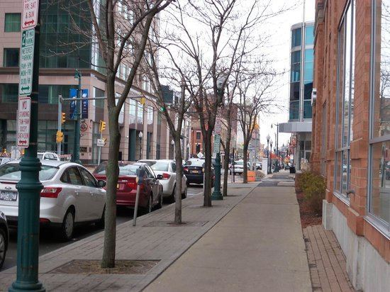Holiday Inn Express & Suites Downtown Buffalo: Street just outside hotel