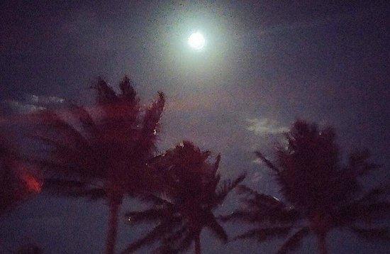Continental Inn: odd light on the moon from hotel balcomny