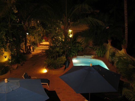 Roberto's Bungalows : The Courtyard & pool at night