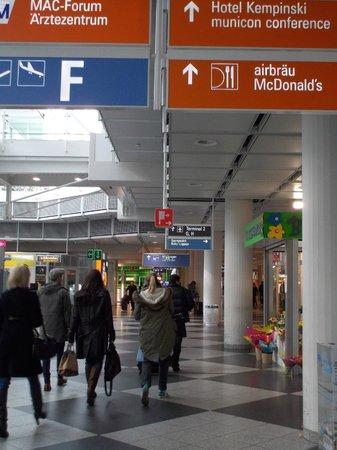 Airbräu Brauhaus: T1とT2の間、ミュンヘンエアポートセンターにあります