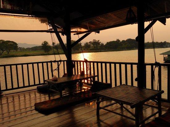 VN Guesthouse: Gezellig overdekt terras aan het restaurant