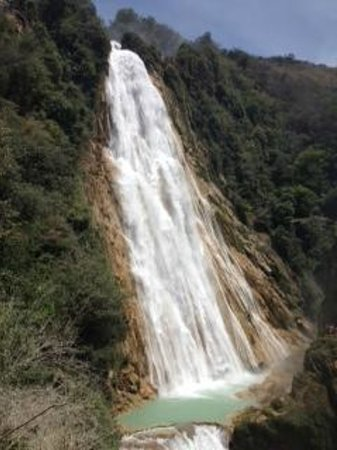 Cascada El Chiflon: View of the Velo de Novia (bridal veil) cascade.