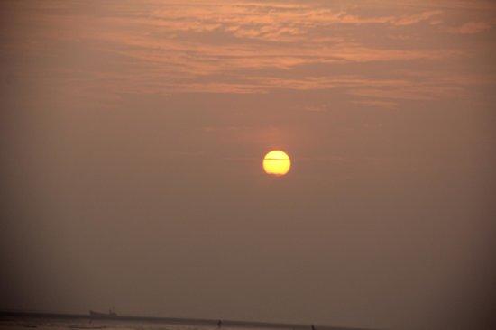 Sabuj Saikat Resort: Sunrise @ the beash