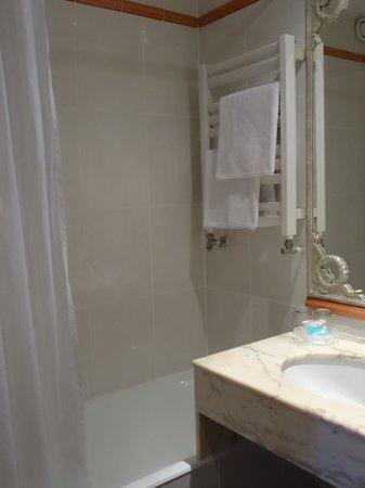Hôtel Résidence Henri 4 : Very clean bathroom