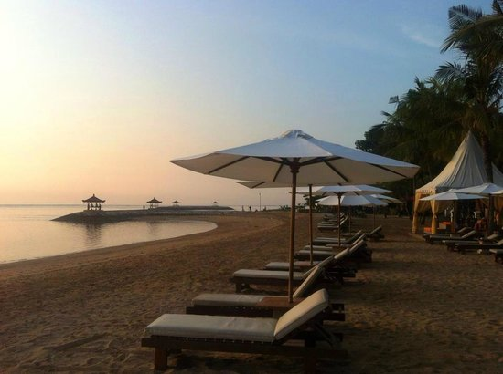 Griya Santrian: Sun lounges on the beach