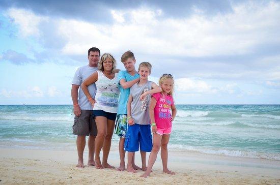 Viva Wyndham Azteca : Our family on the beach