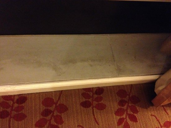 Ascott Makati: Water-stained window ledges