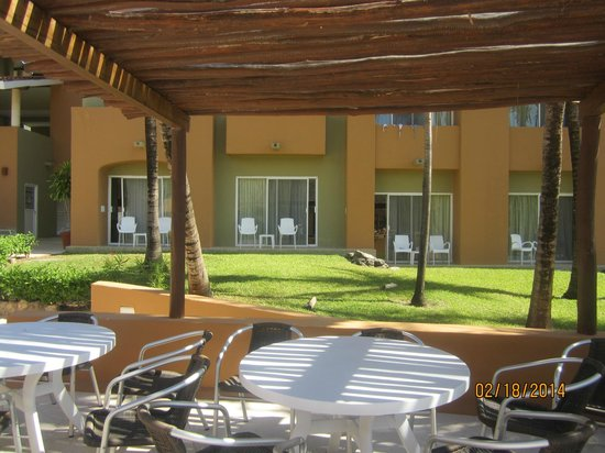 Viva Wyndham Azteca : looking towards our room from the pool bar area