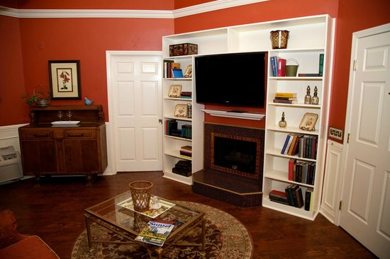 Apple Farm Inn: TV, fireplace, assortment of books