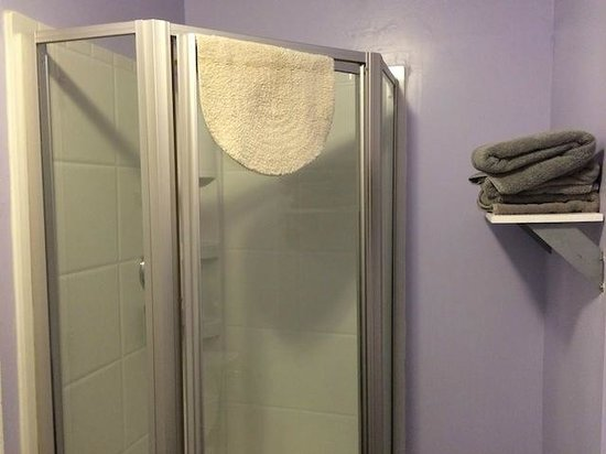 Hostelling International San Diego Downtown: Bathroom in a private room