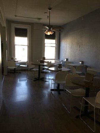 Hostelling International San Diego Downtown: Spacious dining area