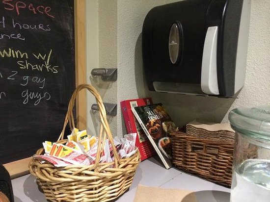 Hostelling International San Diego Downtown: Free tea bags and hot cocoa powder!
