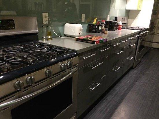 Hostelling International San Diego Downtown: Clean kitchen