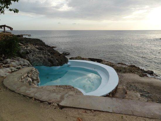 Westender Inn: swimming pool near the sea