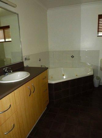 Angourie Rainforest Resort: Bathroom with nice spa bath