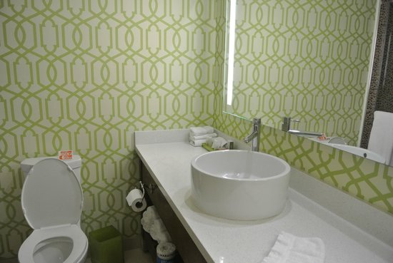 Hotel Indigo Anaheim: Nice modern bathroom