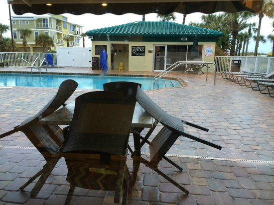 Hampton Inn St. Augustine Beach : Rainy day view of the pool area