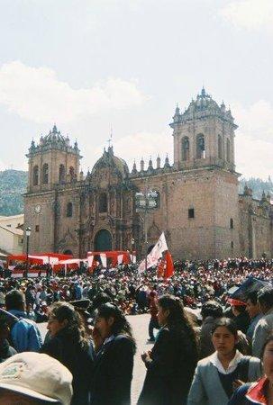 Catedral del Cuzco o Catedral Basílica de la Virgen de la Asunción: the cathedral on Independence Day