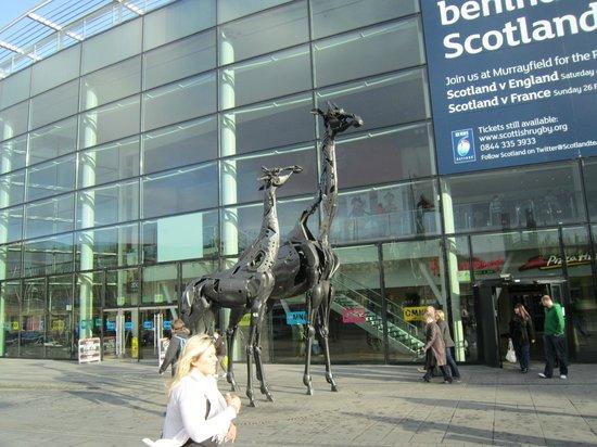 Holiday Inn Express - Edinburgh City Centre : Торговый центр напротив отеля.