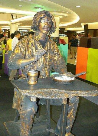 Royal Garden Plaza - Живая Статуя, неотъемлемая часть этого ТЦ