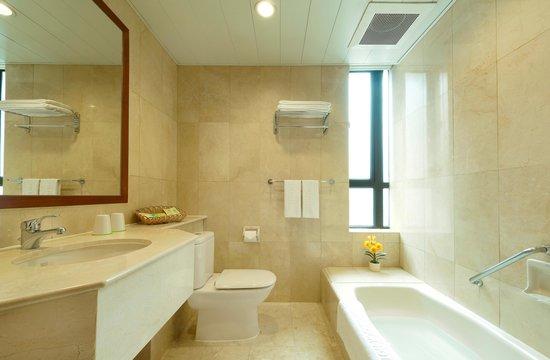 Shamrock Hotel: Deluxe Room - Bathroom