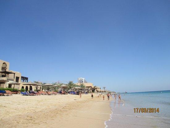 Miramar Al Aqah Beach Resort: пляж