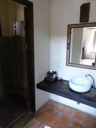 Goed uitgeruste badkamer met apart toilet