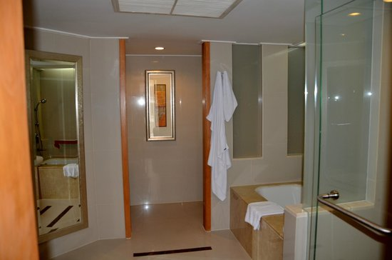 Dusit Thani Bangkok: Large bathroom with separate shower and bath