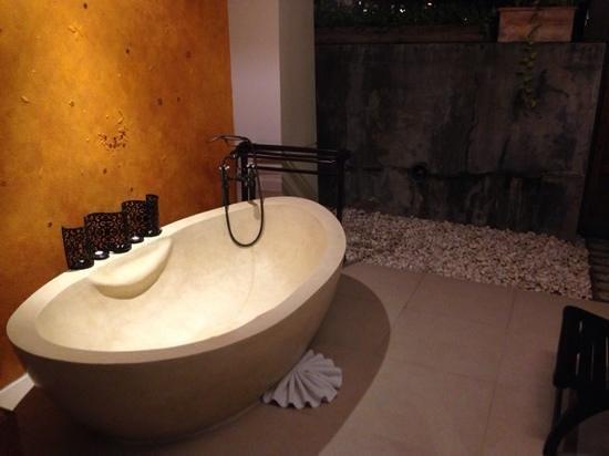 Burasari Resort: honeymoon suite hand carved bath