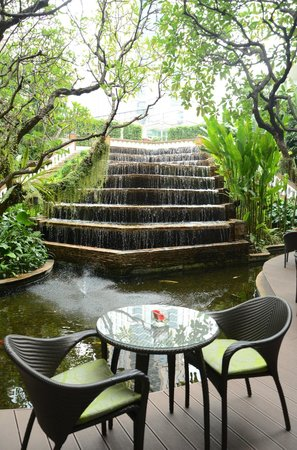 Dusit Thani Bangkok: Waterfall bar