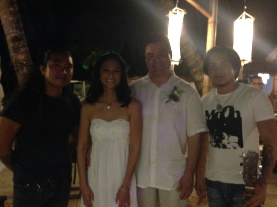 Friday's Boracay: With the acoustic band.. I wish I could remember their names!