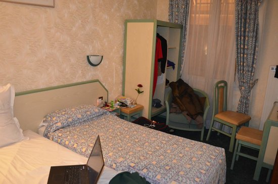 Hotel aladin paris frankrike omd men och for Hotel 11 arrondissement paris