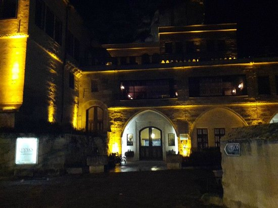 Fresco Cave Suites & Mansions: outside view of hotel at night