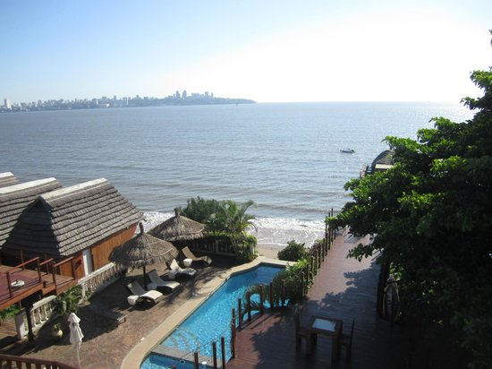 Catembe Gallery Hotel: View from the standard room to beach and swimming pool
