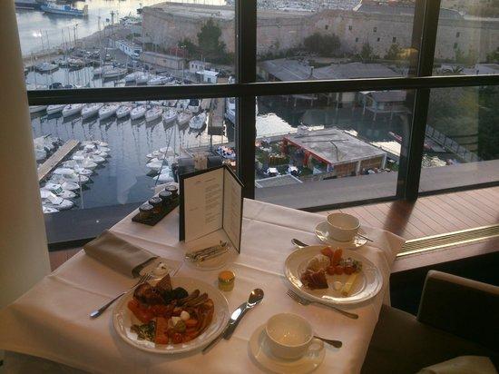 Sofitel Marseille Vieux-Port: Завтрак вид на гавань