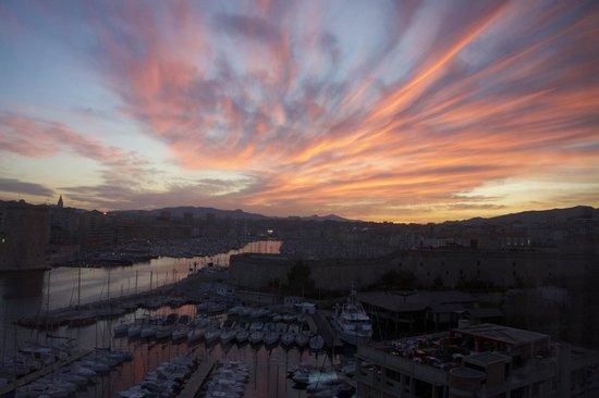 Sofitel Marseille Vieux-Port: Вид из окна. Рассвет