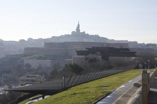 Sofitel Marseille Vieux-Port : Вид на отель от дворца Фаро
