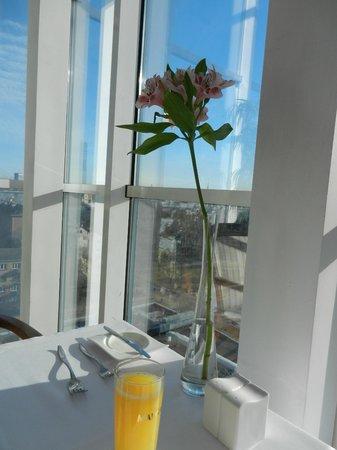 Bellevue  Park Hotel Riga: На завтраке -шикарный вид из окна
