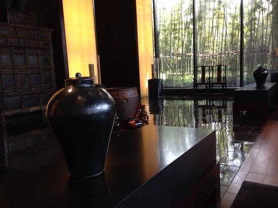 The PuLi Hotel and Spa: Inviting bar area