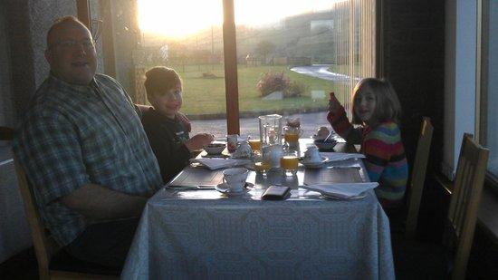 Carnately Lodge: Breakfast in the beautiful sun