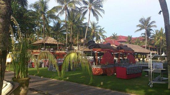 INTERCONTINENTAL Bali Resort : プールサイドでパーテーがありました