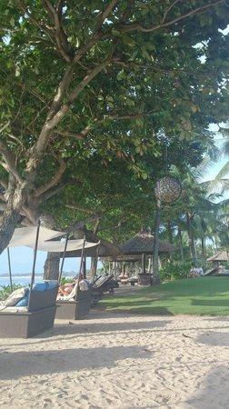 INTERCONTINENTAL Bali Resort : プールサイド。広いのでいろんなものがあります。