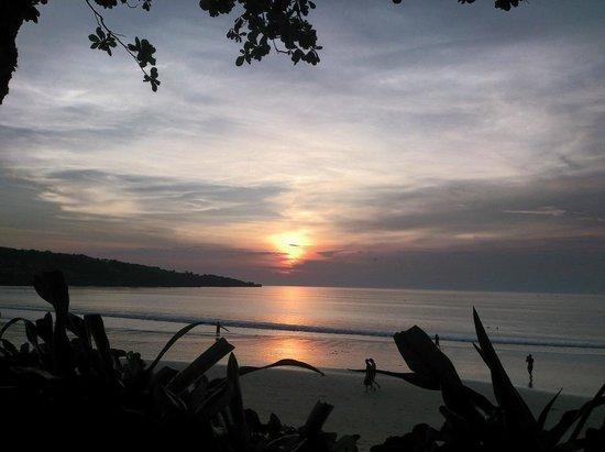 INTERCONTINENTAL Bali Resort : プールサイドからの夕焼けです