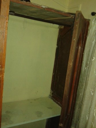 MTDC Holiday Resort Mahabaleshwar: Wardrobe in the dressing room