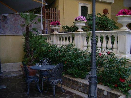 Villa San Lorenzo Maria Hotel : Дворик