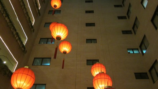 Leofoo Hotel Taipei: ホテルの中は空間でちょうちんが下がってました。